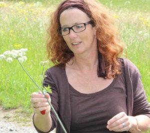 Carmen Randolf zeigt einen Bärenklau