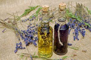 2 Flaschen mit Kräuterölauszüge mit Lavendel